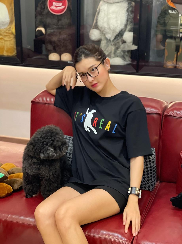 Á hậu Huyền My đã kịp tậu chiếc áo lấy cảm hứng từ cú ngã của Văn Toàn.