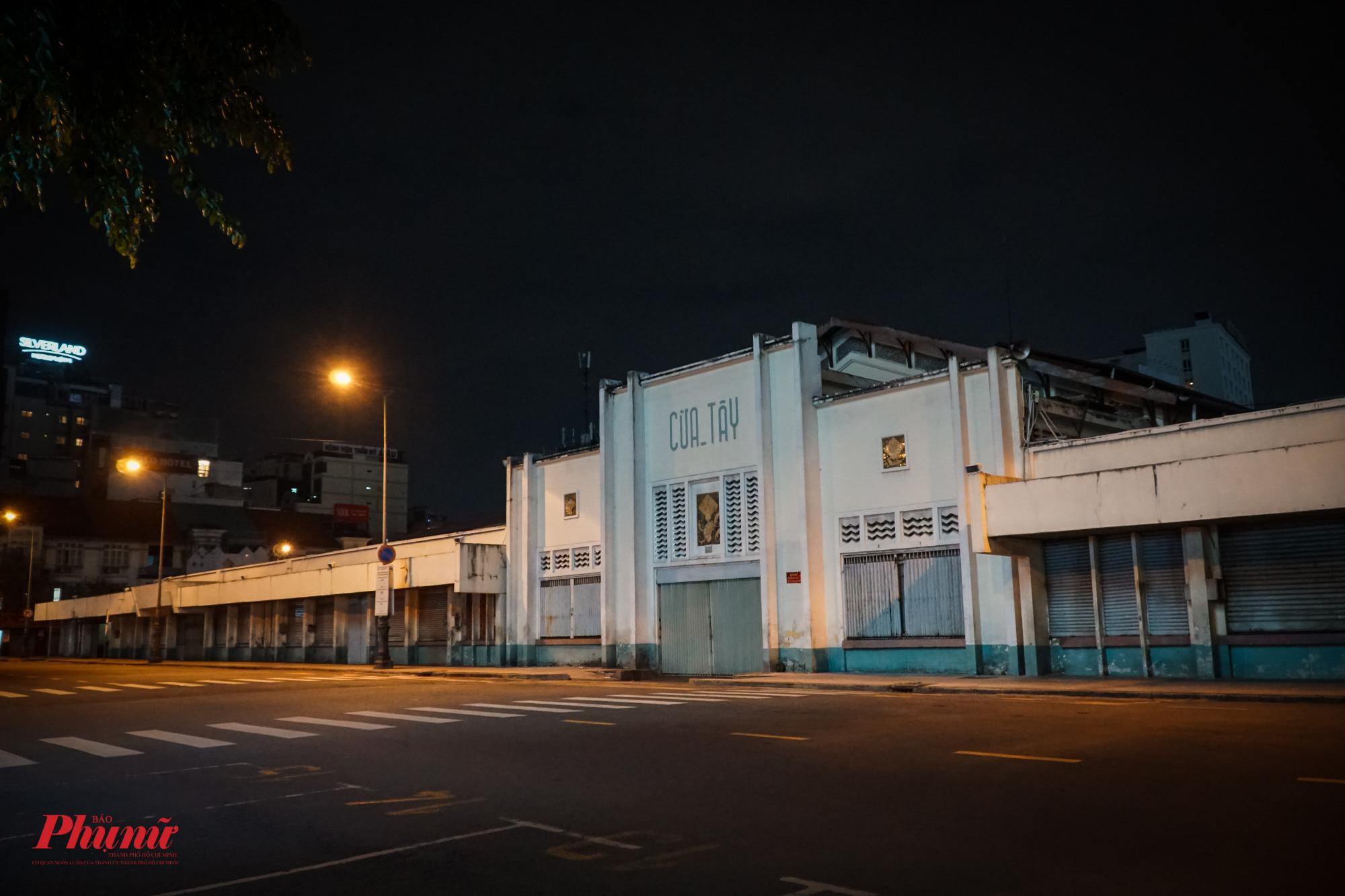 Các hoạt động bên ngoài chợ Bến Thành đã tạm nghĩ về đêm