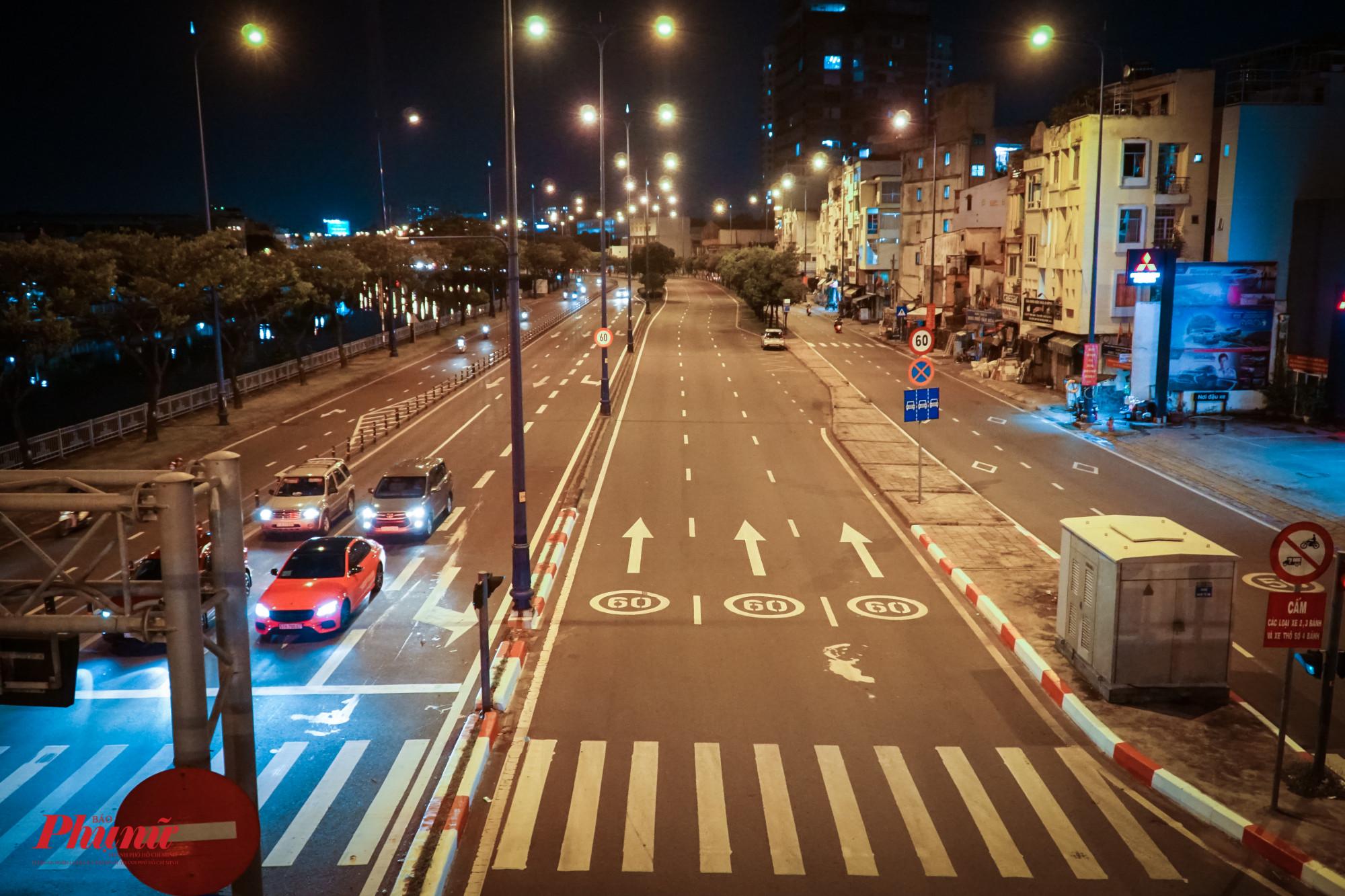 Mới 8g tối, đại lộ Võ Văn Kiệt đã vắng xe, vắng người lưu thông.