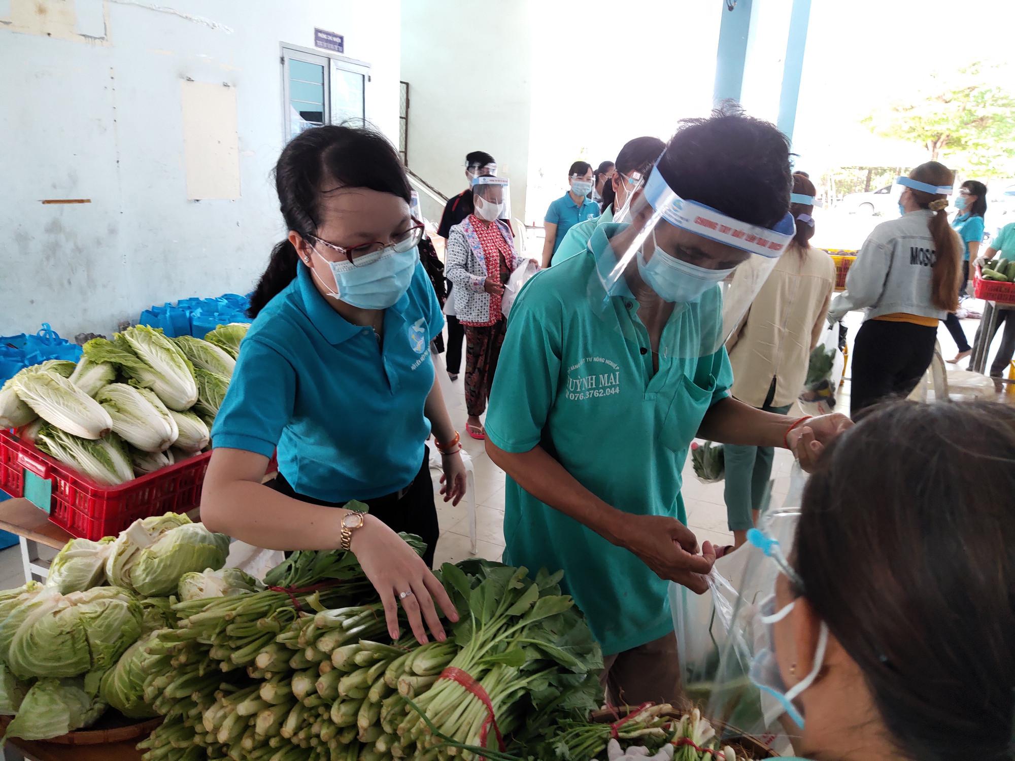 Những gian hàng thực phẩm thiết yếu được Hội LHPN huyện Nhà Bè chuẩn bị để phục vụ miễn phí nhu cầu của người dân