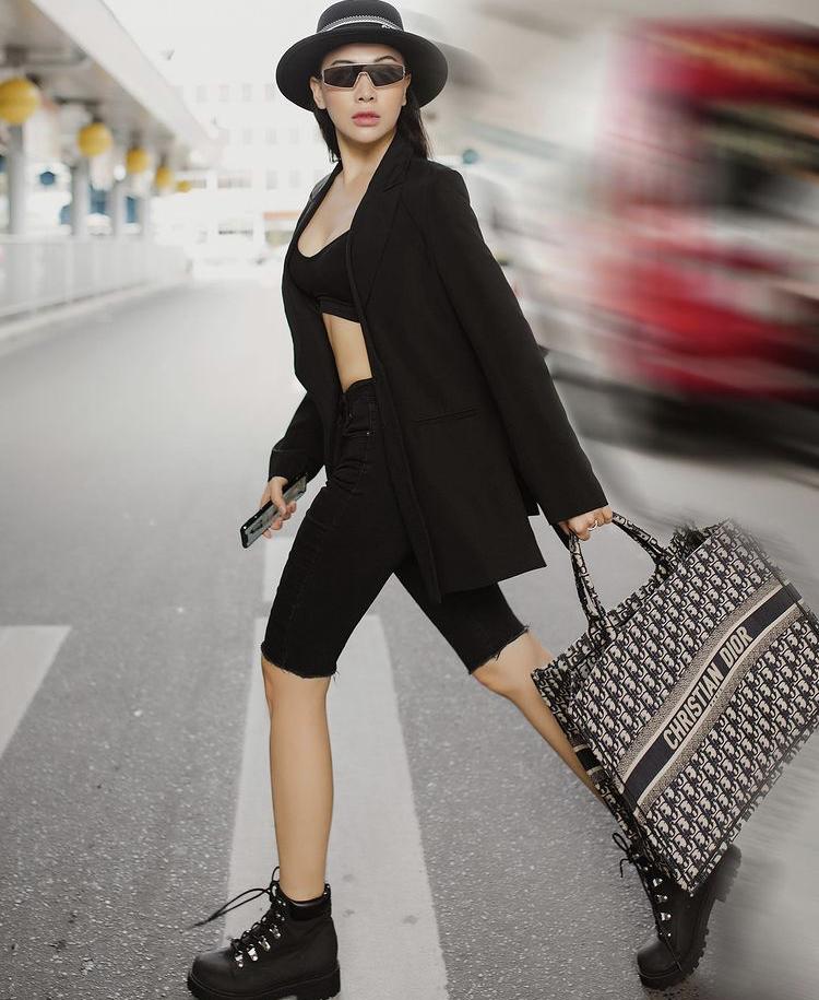 Đôi khi Quỳnh Thư cũng xuất hiện với gu thời trang cá tính, chất lừ nhưng không quên để lộ vòng eo săn chắc khiến người xem phải ghen tị.