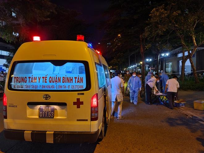 Nhân viên Trung tâm Y tế quận Bình Tân lấy mẫu xét nghiệm tại chung cư Ehome 3. Ảnh: Đình Lễ/HCDC.