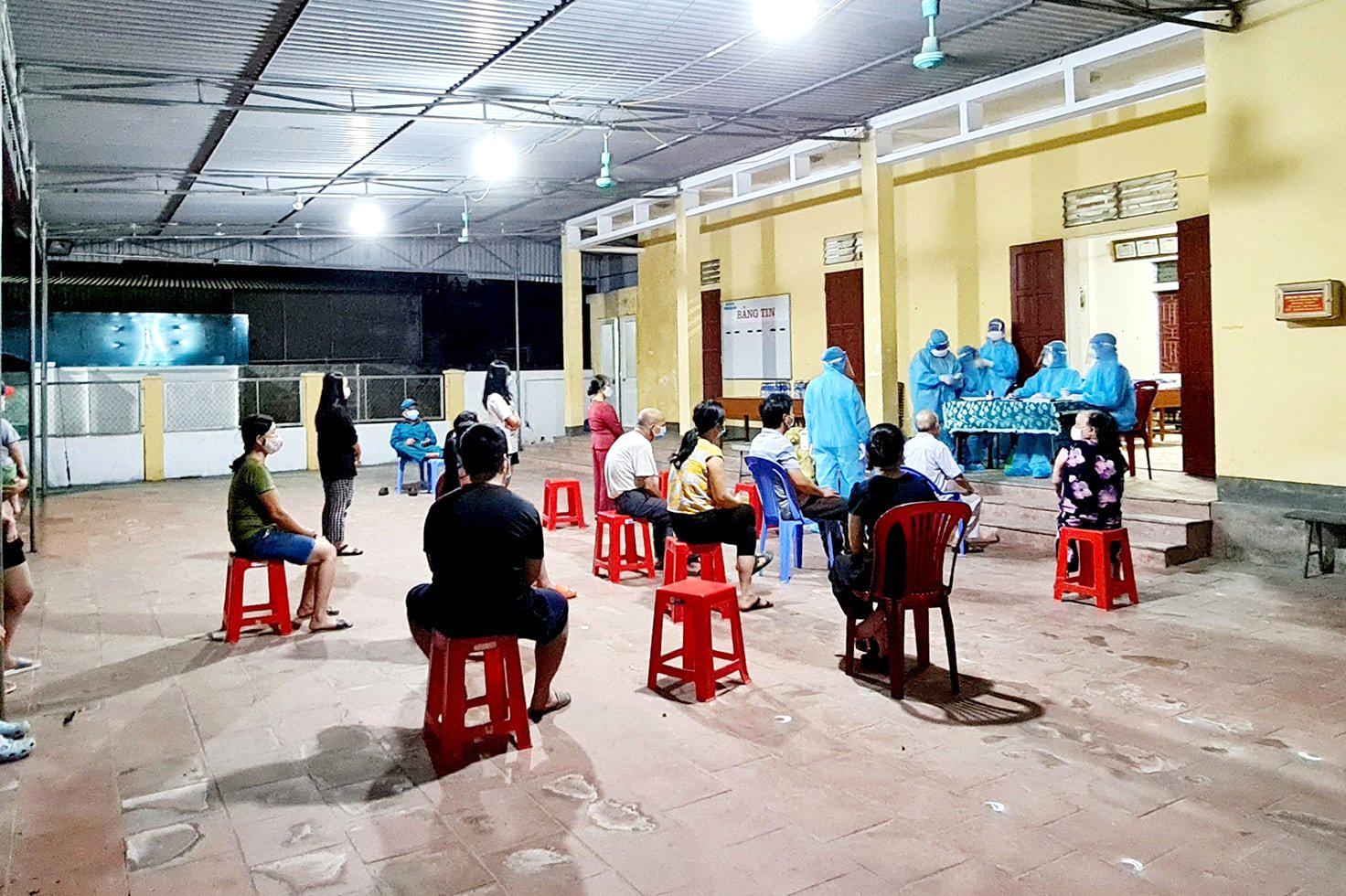 Dự kiến trên 6.000 người dân đi làm căn cước công dân sẽ được lấy mẫu xét nghiệm trong đêm 16/6