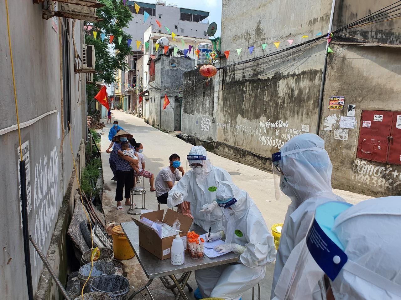 Nhân viên y tế đang điều tra xác minh nguồn lây những ca nghi nhiễm COVID-19 mới
