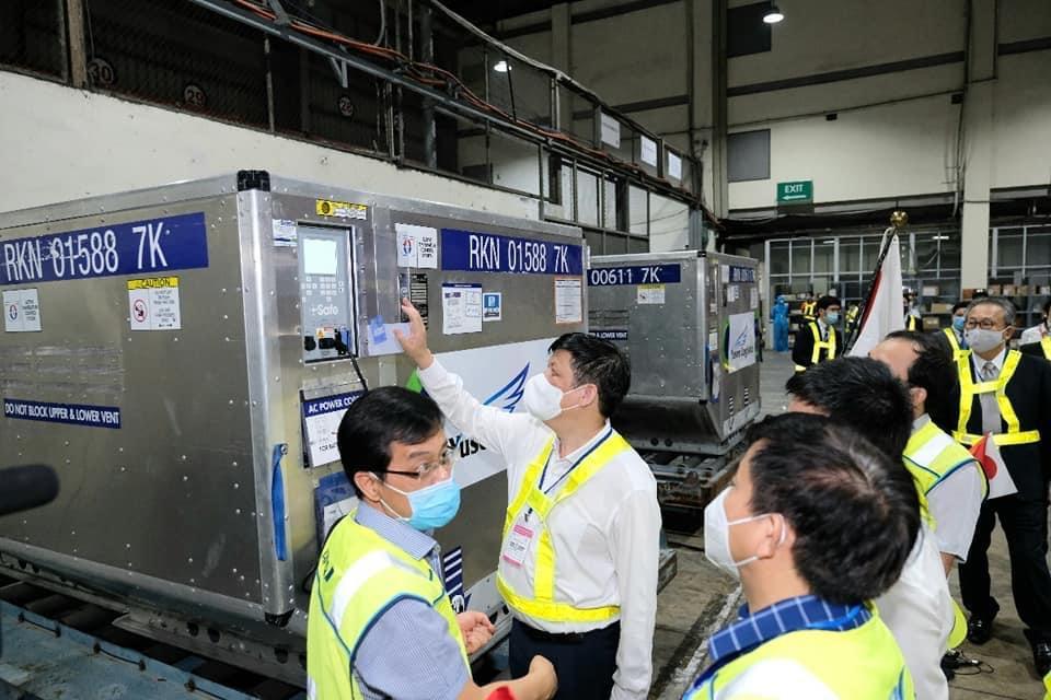 Bộ trưởng Nguyễn Thanh Long kiểm tra lô vắc-xin tại Sân bay Nội Bài.