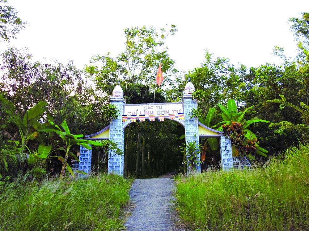 Chùa Suối Ngổ nằm bên suối có tên gọi là sắc tứ Linh Chi Sơn Tự