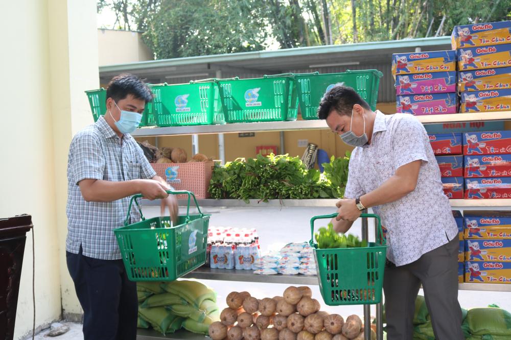 Các mặt hàng được bày tại UBND phường, đại diện các đoàn thể lần lượt chọn mua theo nhu cầu của dân.