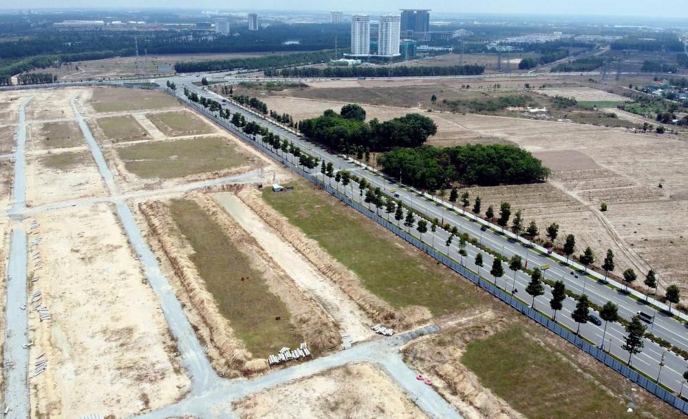 Khu đất này có vị trí đắt đị khi nằm trong trung tâm TP Thủ Dầu Một, vàng khi nằm có mặt tiền trên hai con đường lớn là Võ Văn Kiệt và Hùng Vương cách trung tâm hành chính của tỉnh chỉ hơn 2km, đường xá rất thuận lợi.
