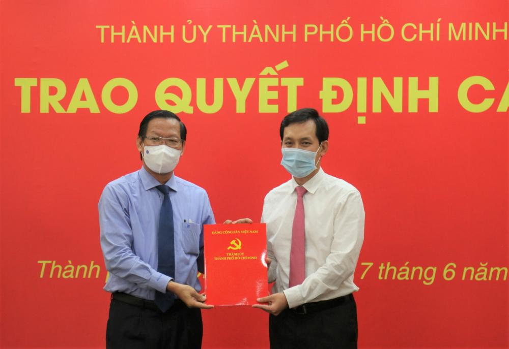 Phó Bí thư Thường trực Thành ủy TPHCM Phan Văn Mãi (trái) trao quyết định nhân sự cho ông Vũ Anh Khoa.