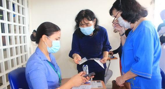 Người dân khai báo y tế - Ảnh: Báo Đồng Nai