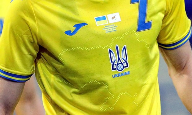 Trong số 24 đội bóng tham gia vòng chung kết Euro 2020, mẫu áo của đội tuyển Ukraine dù không có thiết kế quá đặc sắc nhưng lại nhận được sự chú ý với thông điệp chính trị. Mặt trước mẫu áo in ẩn hình bản đồ Ukraine nhưng lại có bán đảo Crimea, dù Crimea đã sát nhập vào Nga sau cuộc trưng cầu dân ý năm 2014.