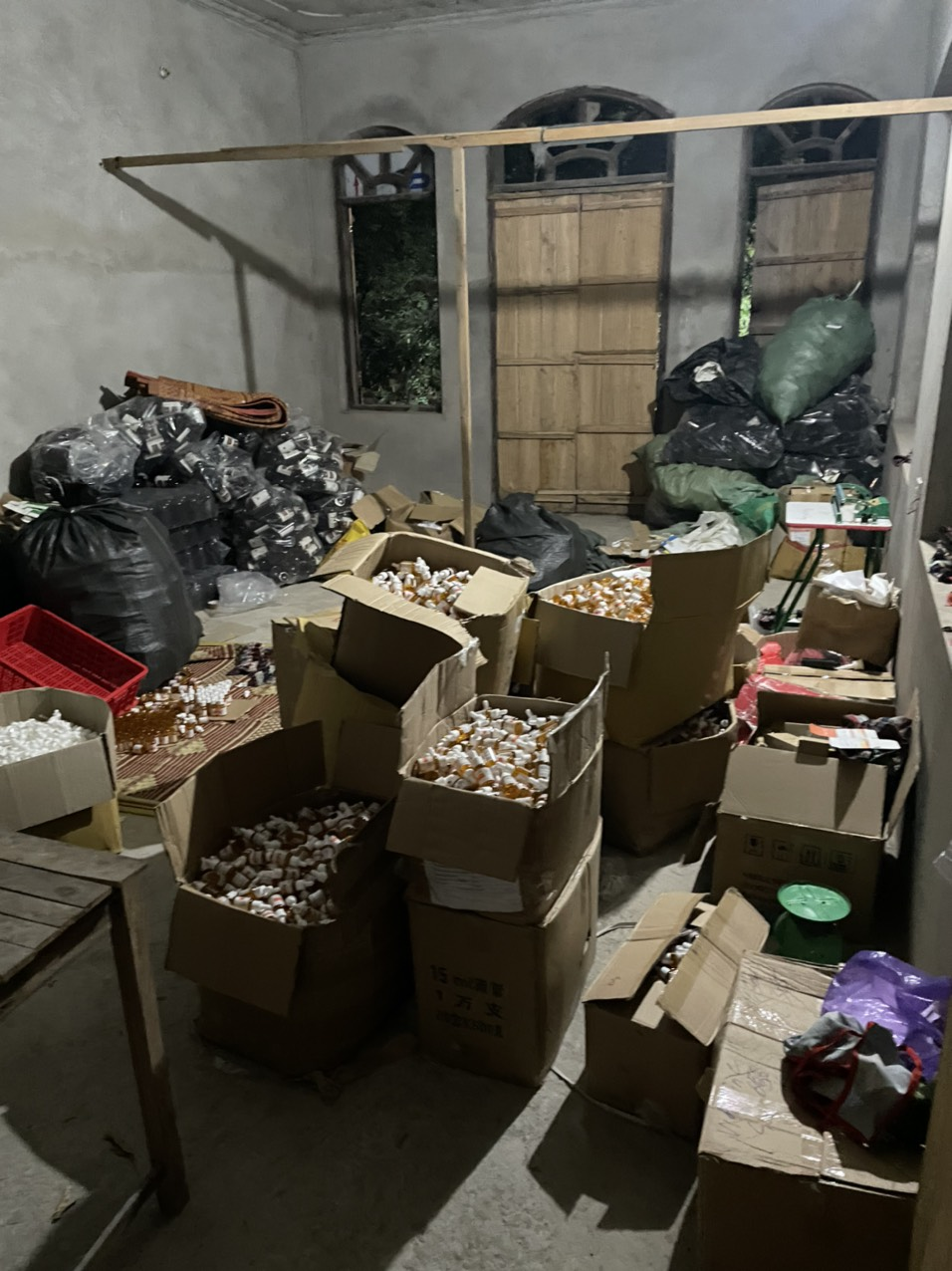 Số lượng lớn chai lọ mỹ phẩm, nước hoa giả tại cơ sở