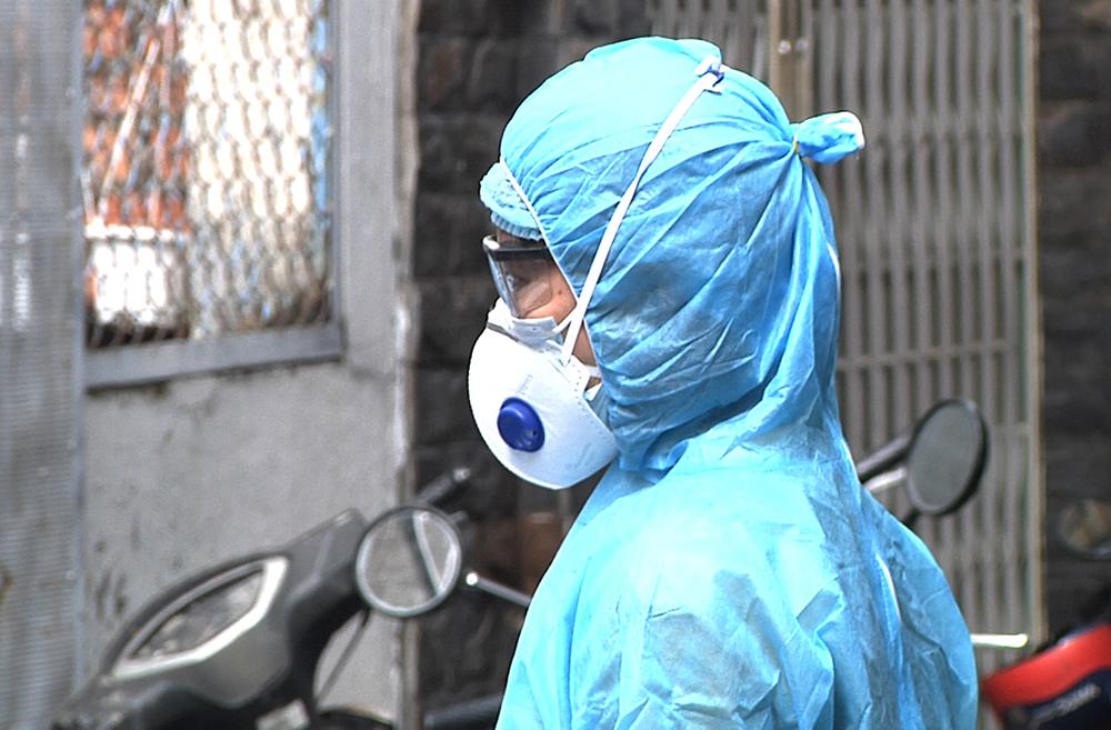 Nhân viên y tế khoanh vùng, kiếm soát dịch, lấy mẫu xét nghiệm cho người dân