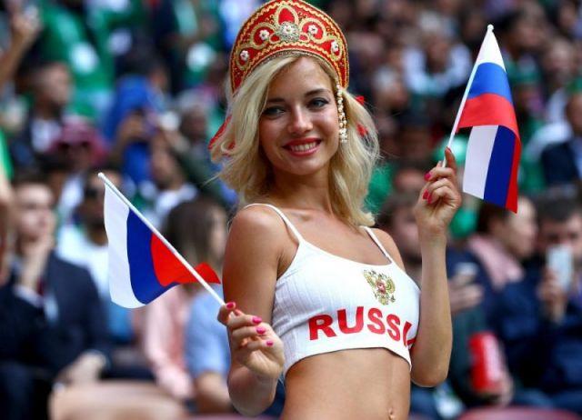 """Người mẫu Natalya Nemchinova - người được mệnh danh là """"cổ động viên quyến rũ nhất nước Nga"""""""