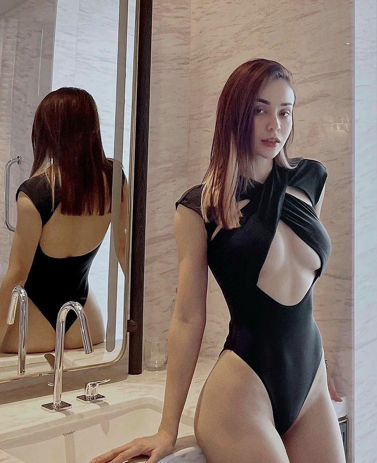 Mlee chọn tạo dáng trong nhà tắm với mốt bị cut-out táo bạo, khai thác tối đa các khoảng hở để phô diễn điểm mạnh cơ thể.