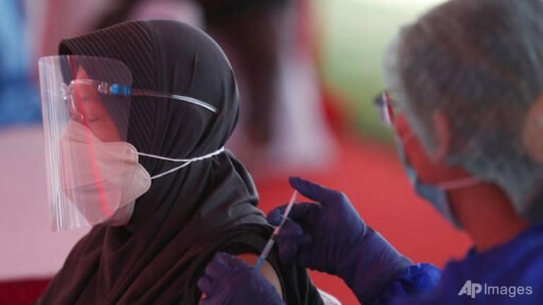 Hàng trăm bác sĩ và nhân viên y tế bị nhiễm COVID-19 dù đã được tiêm ngừa