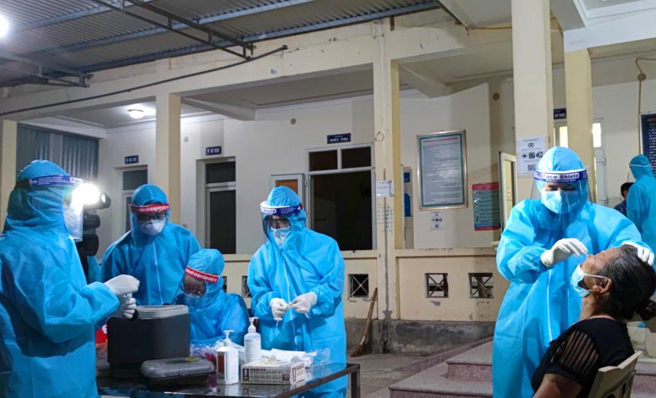 Hơn 100 bác sĩ, sinh viên nghành y được tăng cường ra lấy mẫu xét nghiệm cho hơn 6.000 người đi làm căn cước công dân ở điểm có chiến sĩ công an mắc COVID-19