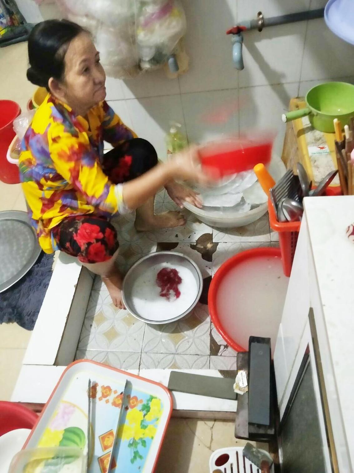 Hằng ngày, chị Liễu nén cơn đau để đi rửa chén thuê kiếm tiền nuôi con