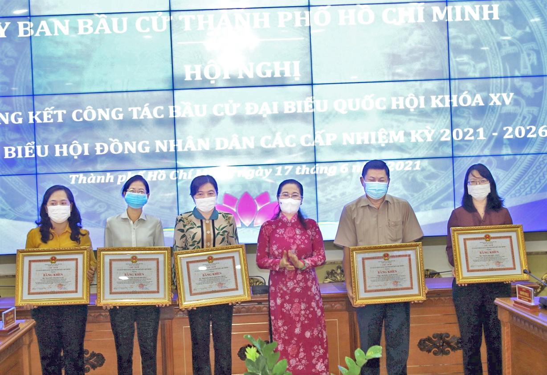 Bà Nguyễn Thị Lệ - Phó Bí thư Thành ủy, Chủ tịch HĐND TP.HCM - tặng bằng khen cho các  cá nhân, tập thể xuất sắc trong tổ chức bầu cử - Ảnh: D.X.