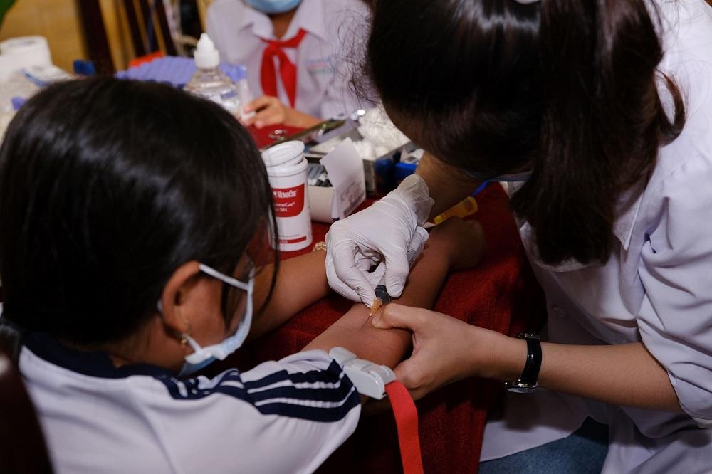 Lấy máu xét nghiệm và hướng dẫn sử dụng vòng đo tiếp xúc ánh nắng – tháng 11/2020. Ảnh: FrieslandCampina