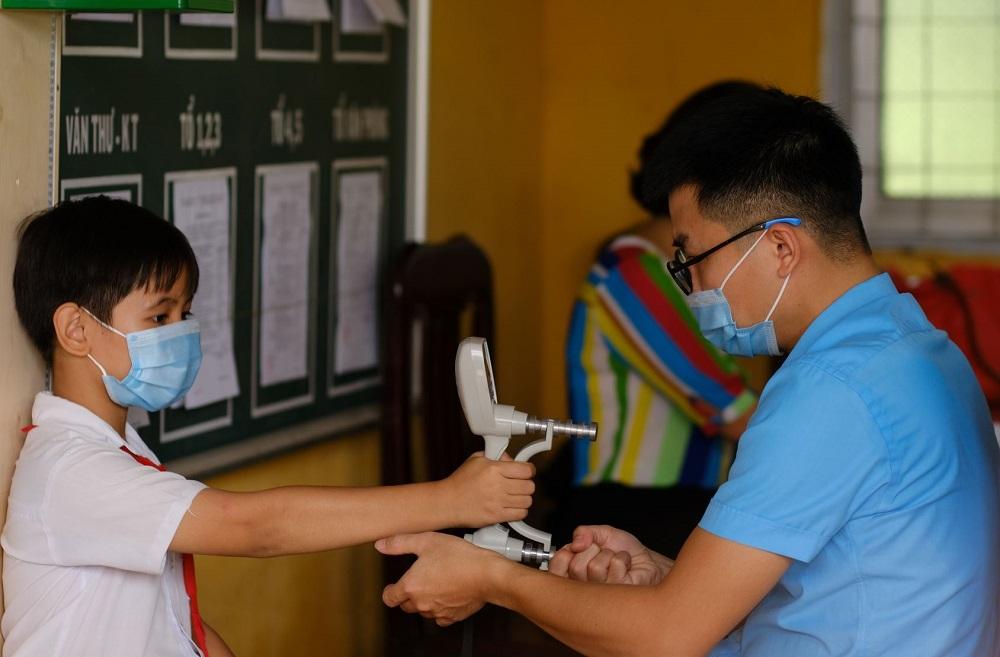 Đo các chỉ số về thể chất cho học sinh tại Trường tiểu học Hòa Tân 1 - tỉnh Đồng Tháp - tháng 11/2020. Ảnh: FrieslandCampina