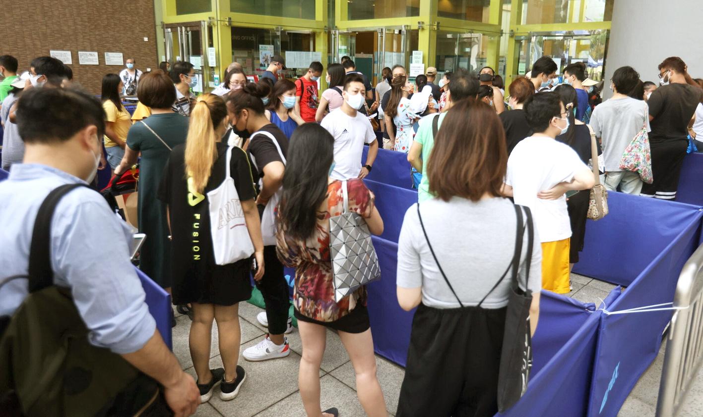 Người Hồng Kông xếp hàng tiêm vắc-xin COVID-19