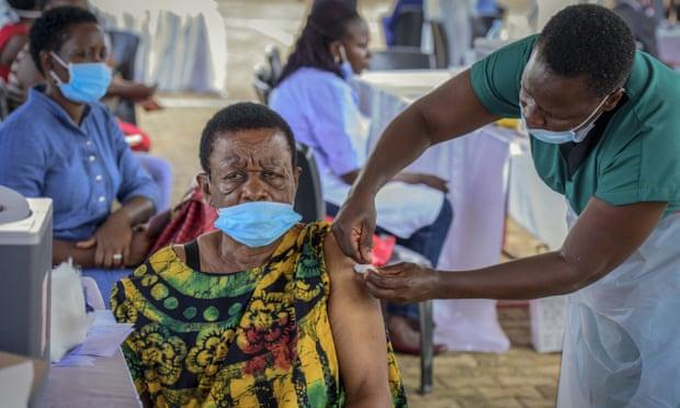 Các cơ sở y tế ở Uganda đã báo cáo tình trạng thiếu vắc-xin và oxy trầm trọng .