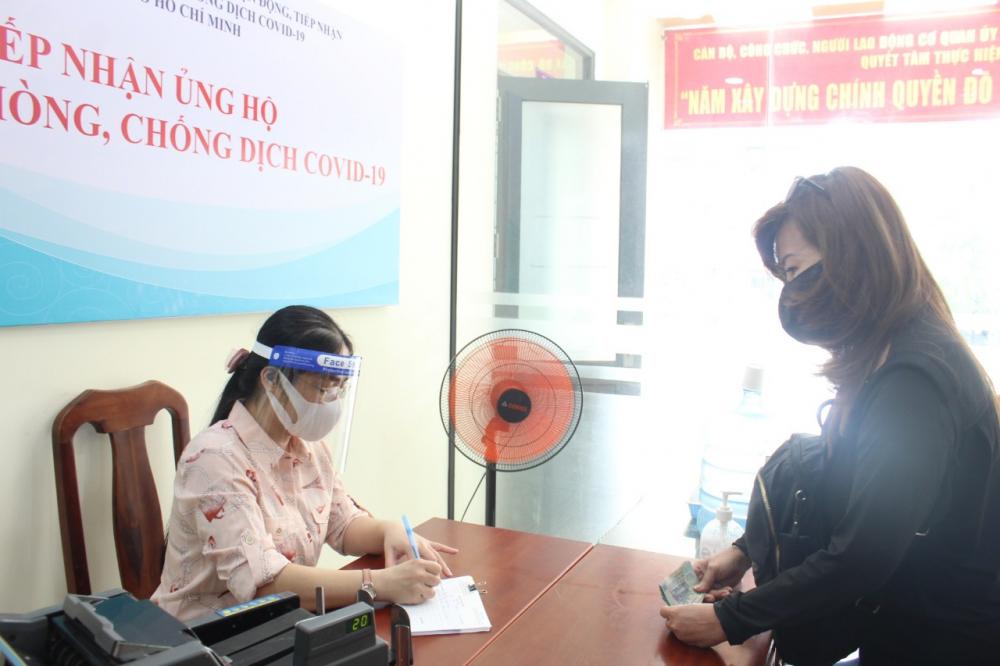 Nhiều người dân trực tiếp đến Ủy ban MTTQ Việt Nam TPHCM đóng góp cho Quỹ Phòng, chống dịch COVID-19 TPHCM.