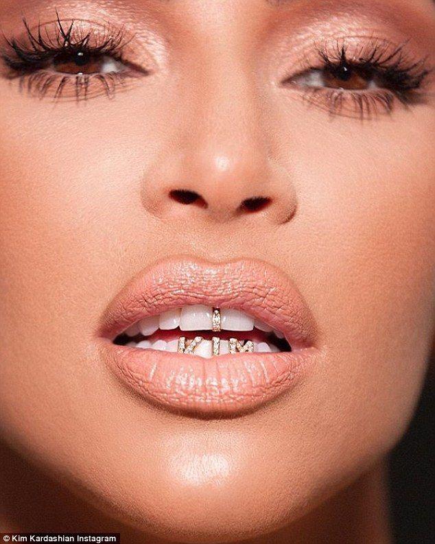 Năm 2018, Kim Kardashian cũng từng khoe mẫu trang sức răng được thực hiện theo đúng tên cô.