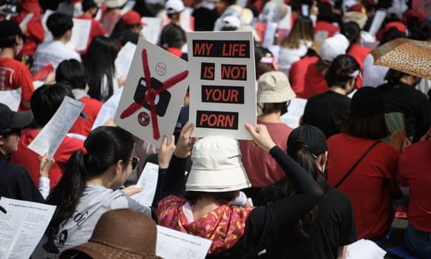 Những người biểu tình nữ kêu gọi chính phủ Hàn Quốc đàn áp tội phạm khiêu dâm spycam lan rộng trong một cuộc biểu tình ở Seoul. Ảnh: STR / AFP