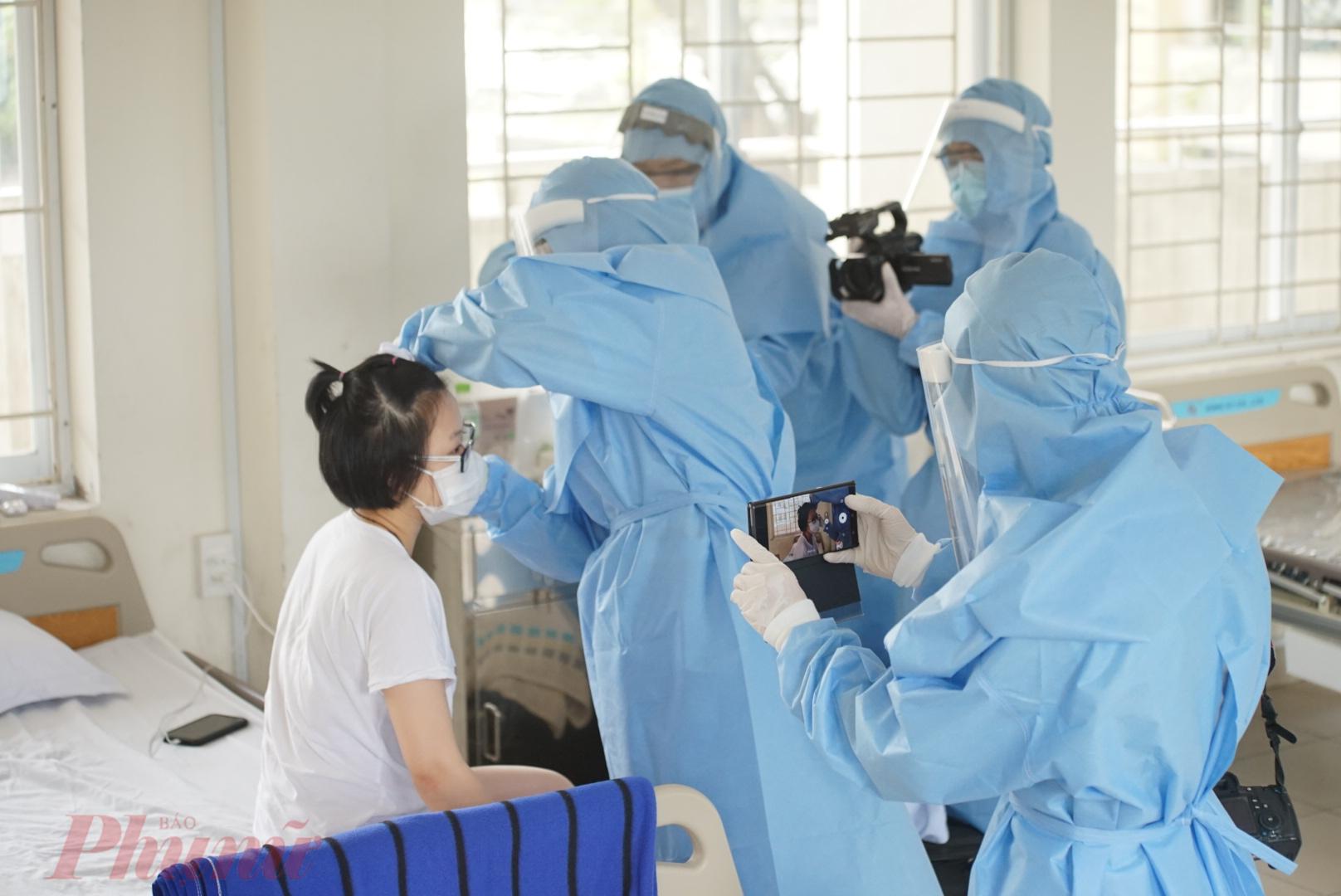 Sở Thông tin - Truyền thông cho biết phóng viên thực hiện đầy đủ các quy định phòng dịch khi tác nghiệp