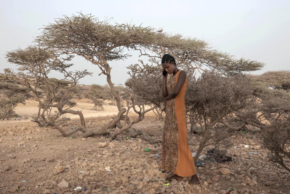 Một người di cư Ethiopia ở vùng Tigray gọi điện thoại cho mẹ cô ấy ở quê hương khi đến điểm dừng cuối cùng của cuộc hành trình trước khi lên thuyền đến Yemen
