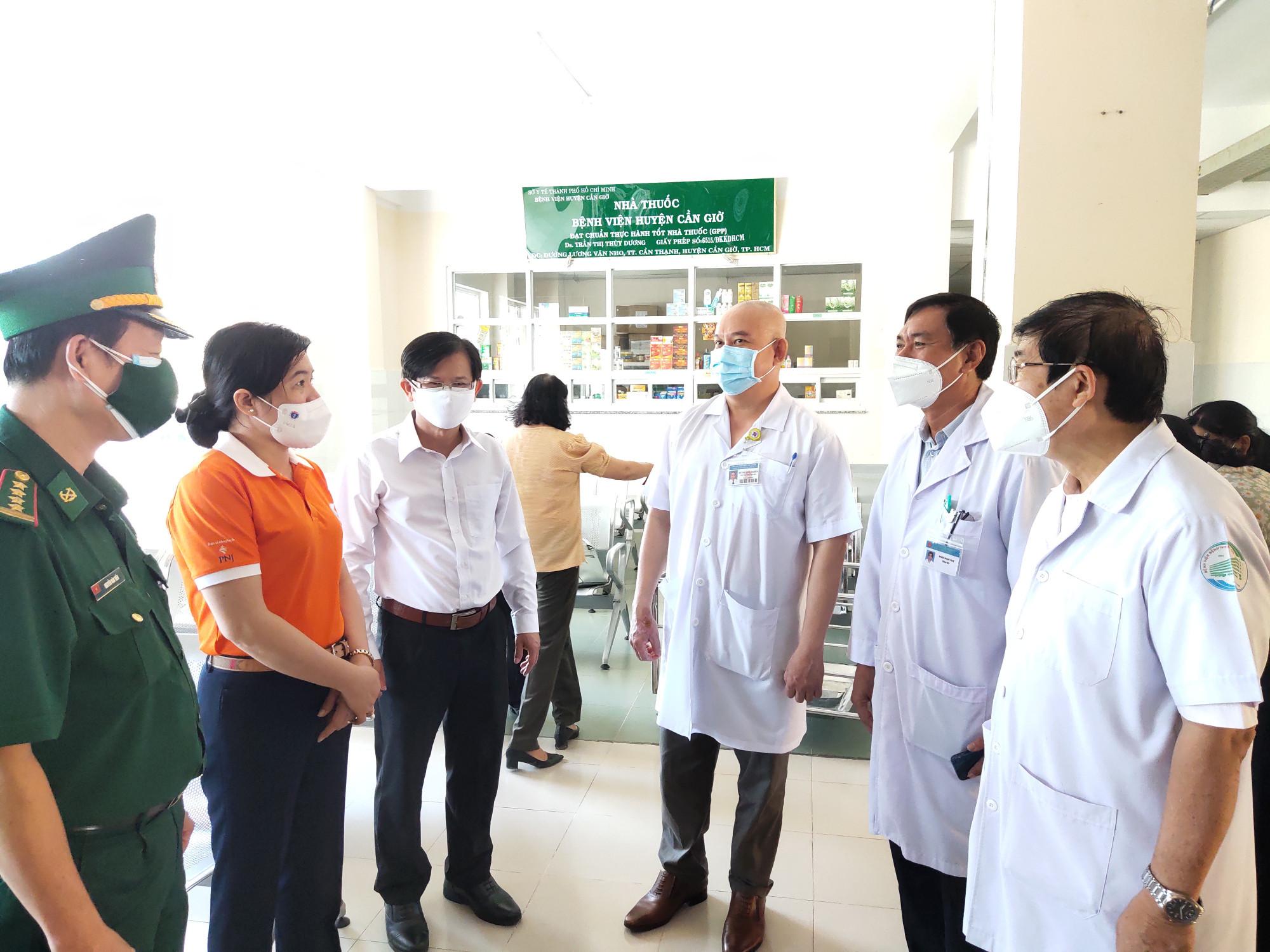 Bà Nguyễn Trần Phượng Trân - chủ tịch Hội LHPN TP - hỏi thăm các bác sỹ đang tham gia công tác điều trị tại bệnh viện Điều trị Covid-19 Cần Giờ