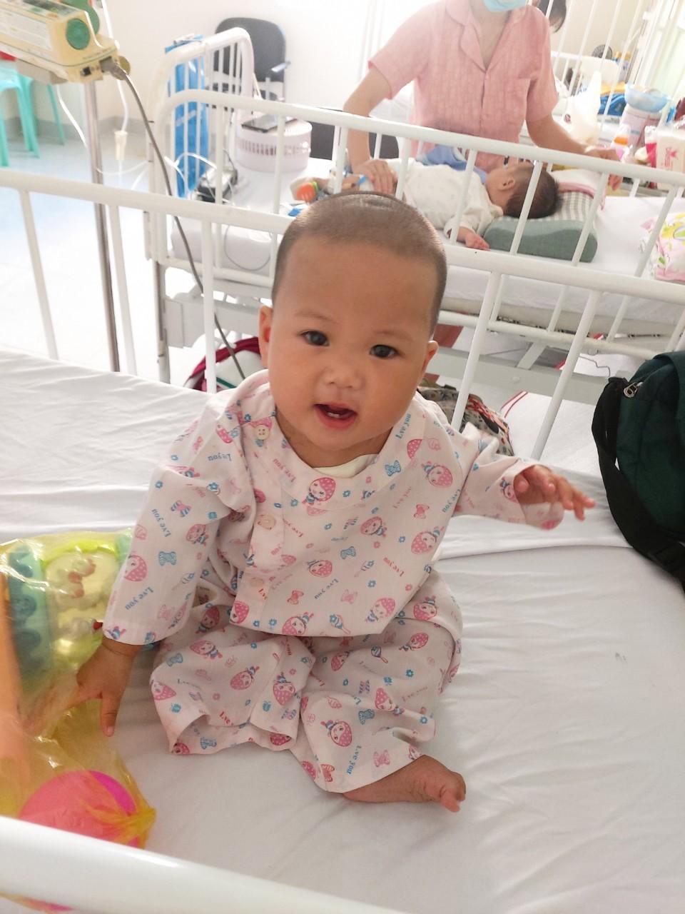 Hình ảnh tươi tắn của bé Kim Ngân sau ca mổ tim thành công. Ảnh: VNM