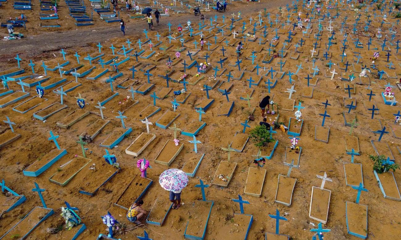 Người thân của các nạn nhân COVID-19 nghĩa trang Nossa Senhora Aparecida ở Manaus, Brazil.