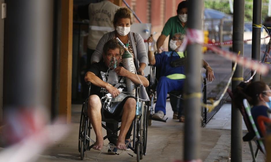 Bệnh nhân mắc COVID-19 đến bệnh viện Clinicas ở San Lorenzo, Paraguay làm xét nghiệm.