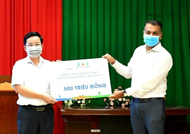 Ông Binu Jacob, Tổng giám đốc Nestlé Việt Nam trao tặng tài trợ của Nestlé Việt Nam cho tuyến đầu chống dịch. Ảnh: Nestlé