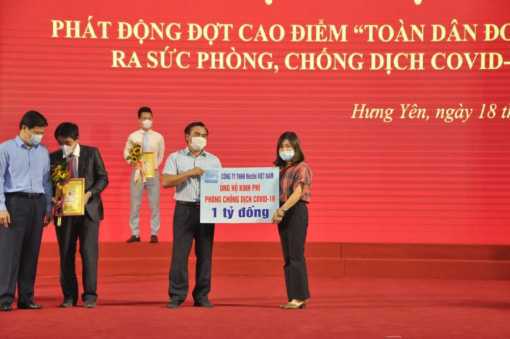 Đại diện Nestlé Việt Nam trao tặng 1 tỷ đồng vào Quỹ vắc-xin phòng chống COVID-19 tại các tỉnh Hưng Yên. Ảnh: Nestlé
