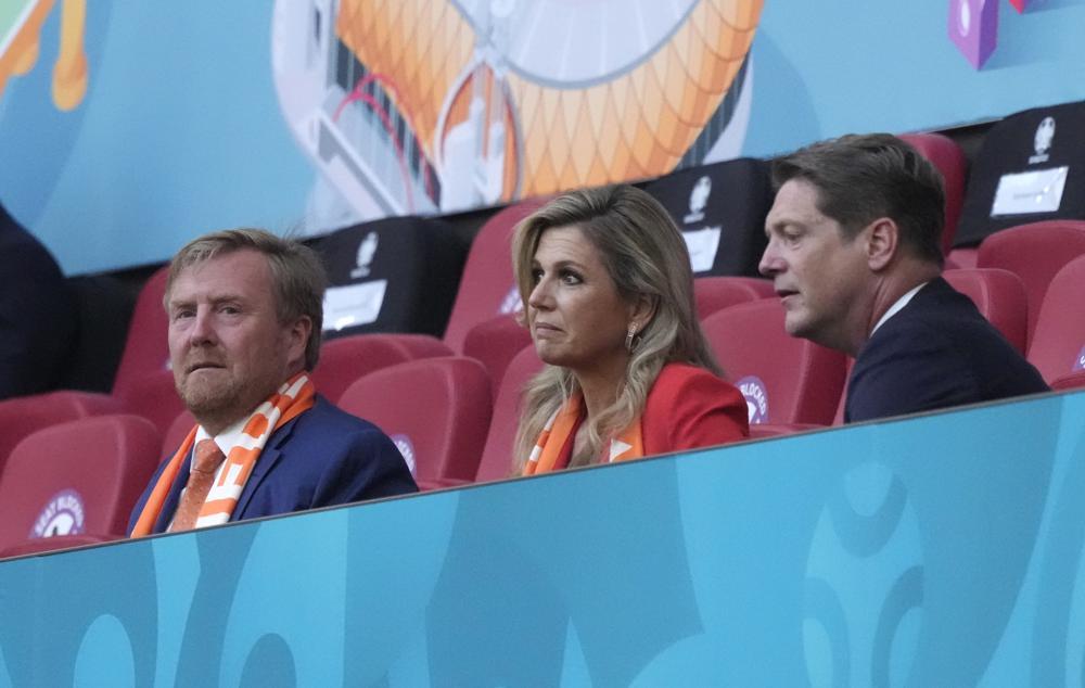 Vua Willem-Alexander (trái) và vợ là Nữ hoàng Maxima (giữa) theo dõi trận đấu bảng C giải vô địch bóng đá Euro 2020 giữa Hà Lan và Ukraine hôm 13/6 tại sân nhàở Amsterdam
