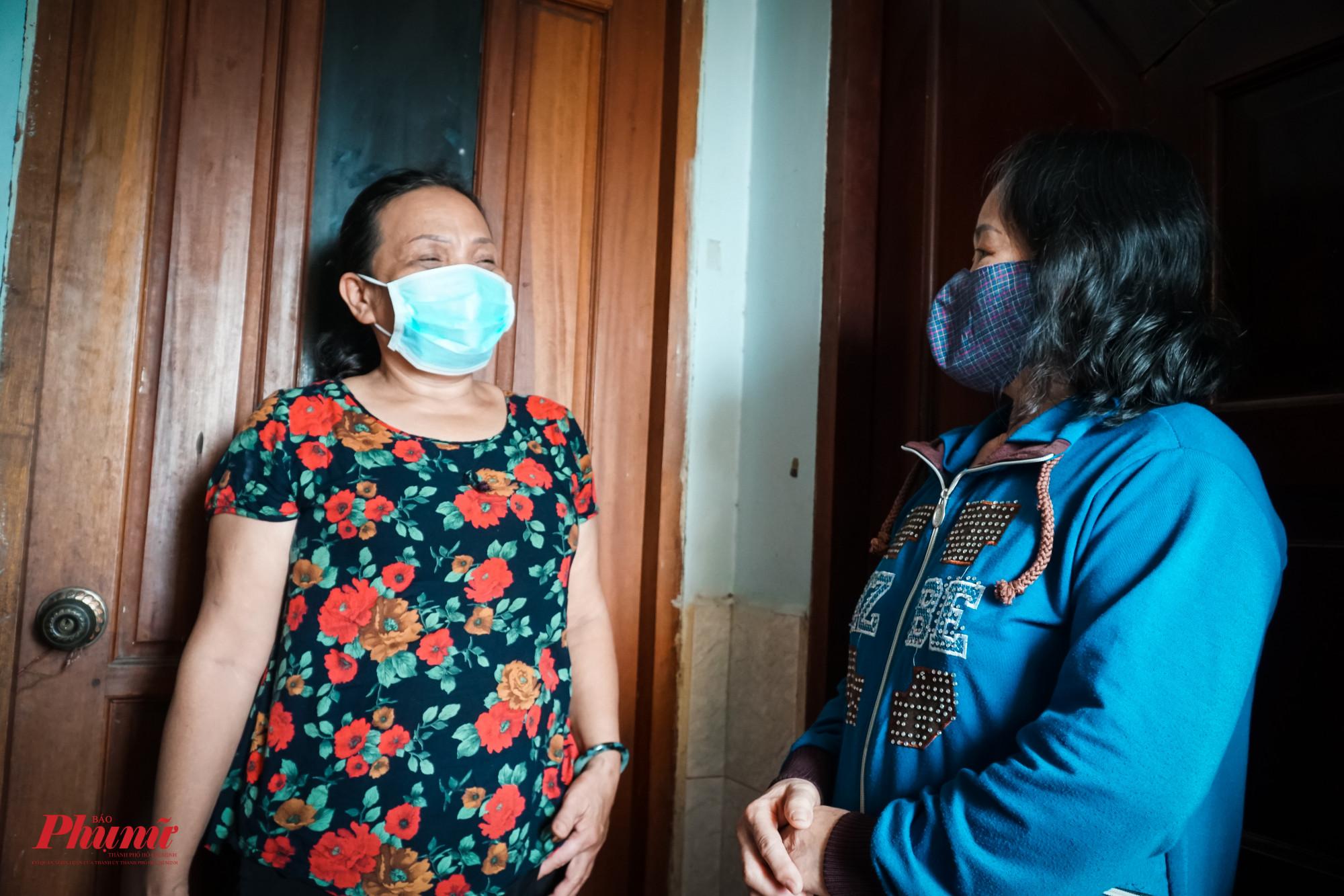 Chị Vân - chủ nhà trọ - đến từng phòng thăm hỏi, động viên tinh thần các chị em thất nghiệp do dịch bệnh