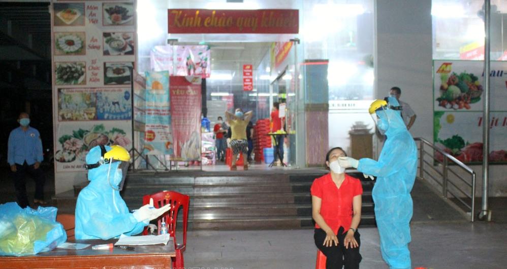 Đến 00 giờ ngày 18-6, lực lượng y tế vẫn đang tiếp tục lấy mẫu xét nghiệm người lao động tại Siêu thị Minh Cầu, nơi người nghi nhiễm SARS-CoV-2 đã từng đến mua hàng vào ngày 16-6.
