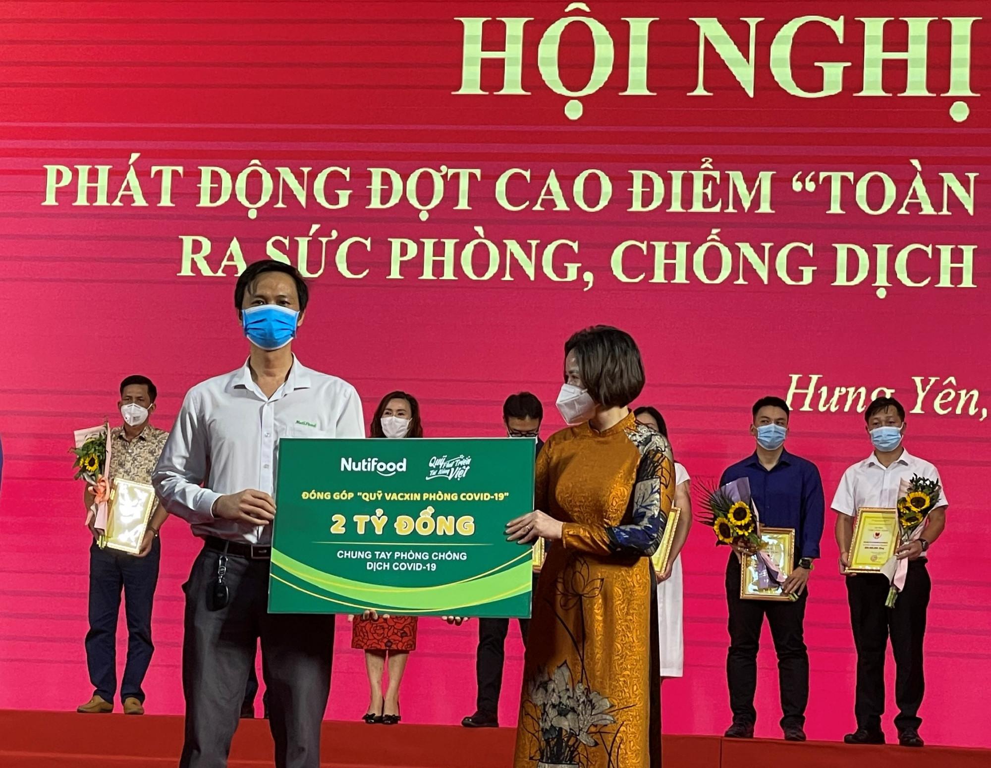 Đại diện Quỹ Phát triển Tài năng Việt của Ông Bầu trao tặng 2 tỷ đồng cho Quỹ Phòng, chống dịch COVID-19 tỉnh Hưng Yên