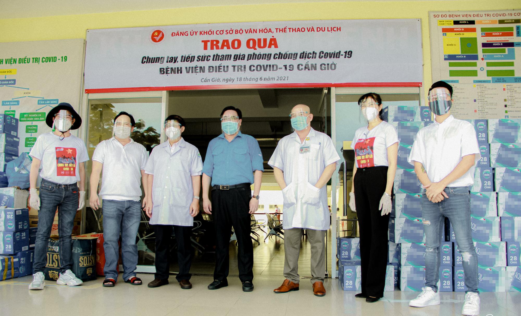 Đoàn trao các vật phẩm cho bệnh viện điều trị COVID-19 Cần Giờ