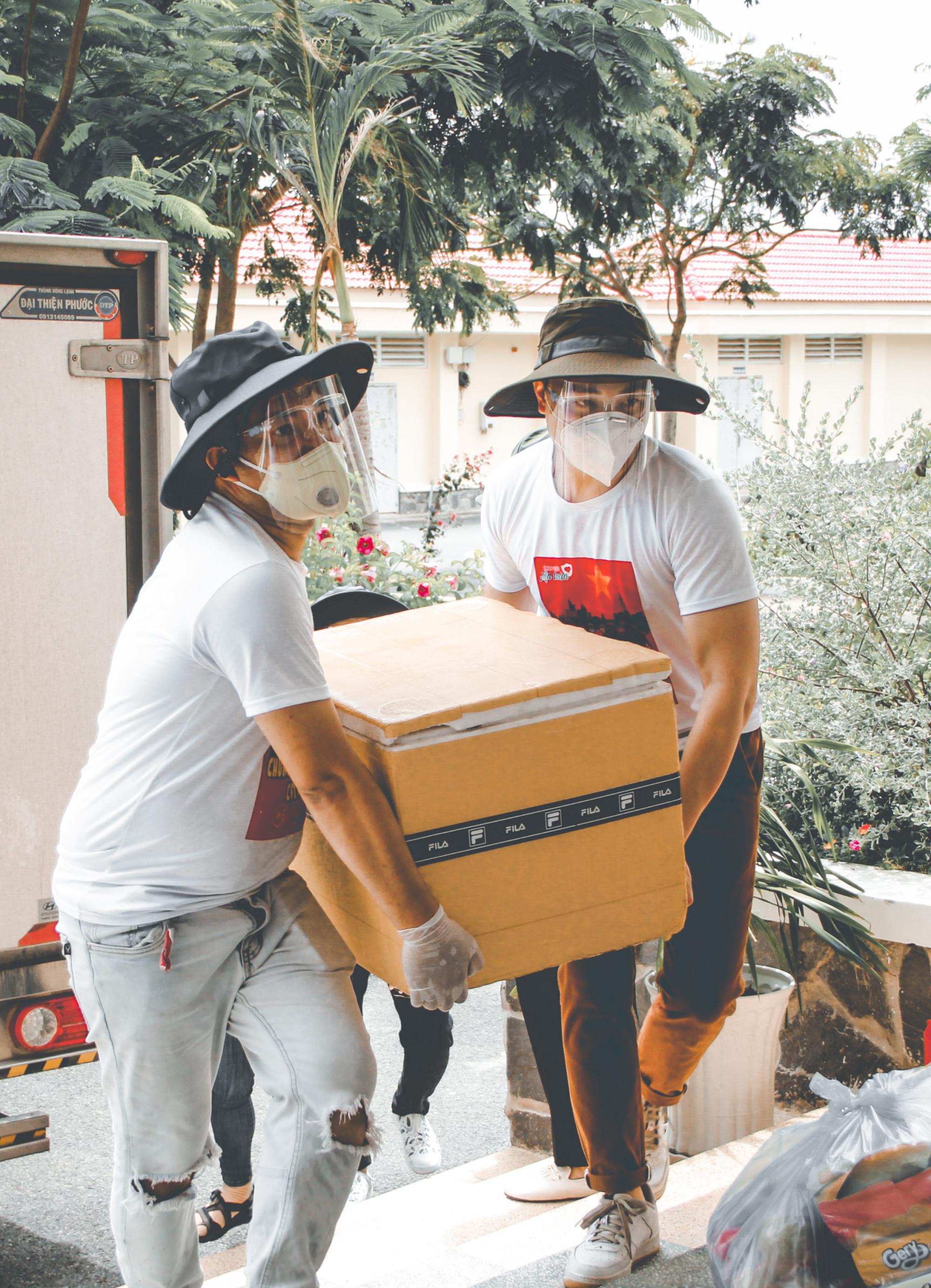 Nghệ sĩ vận chuyển đồ xuống xe khi đến bệnh viện