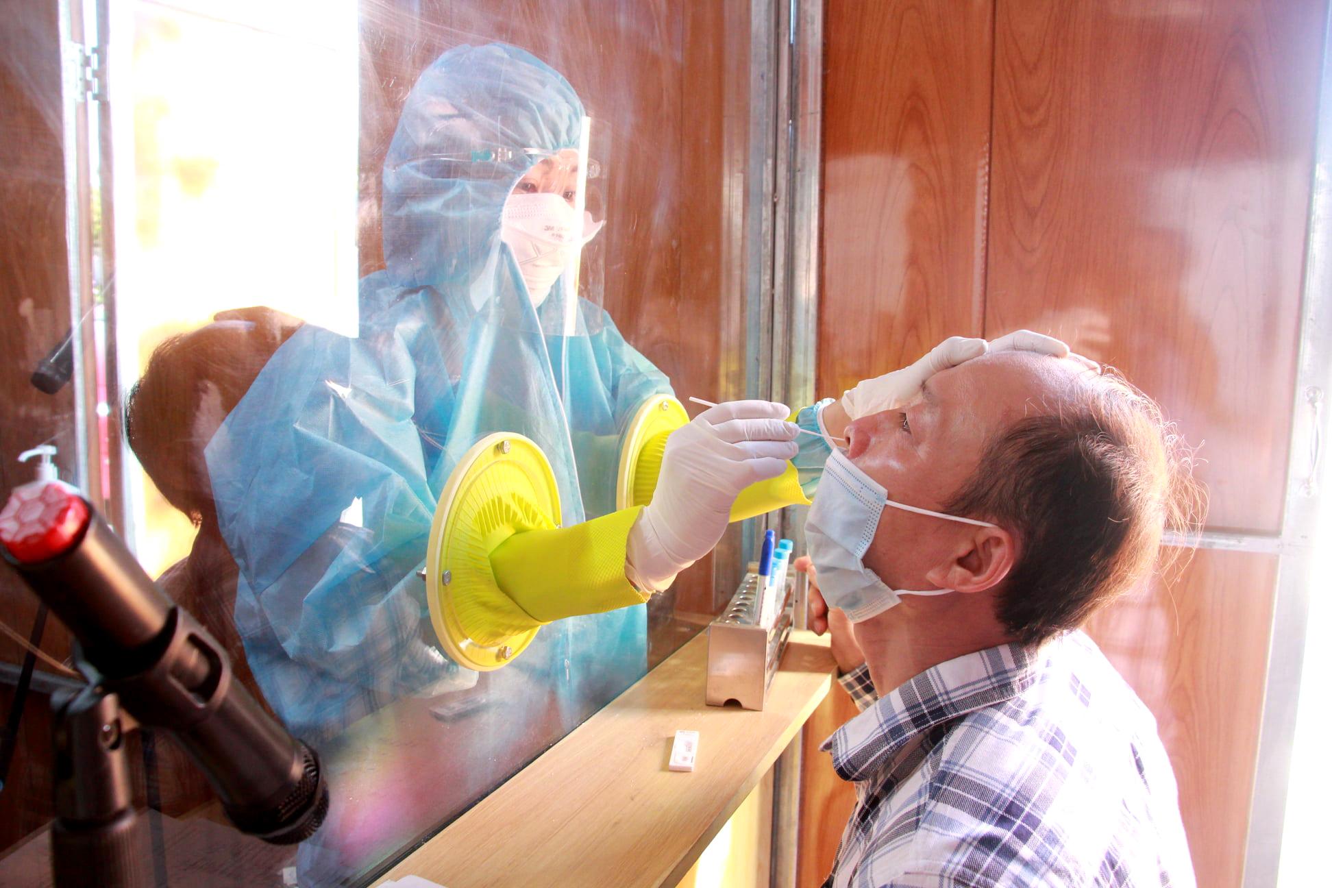 Lực lượng y tế lấy mẫu xét nghiệm cho người dân TP.Vinh