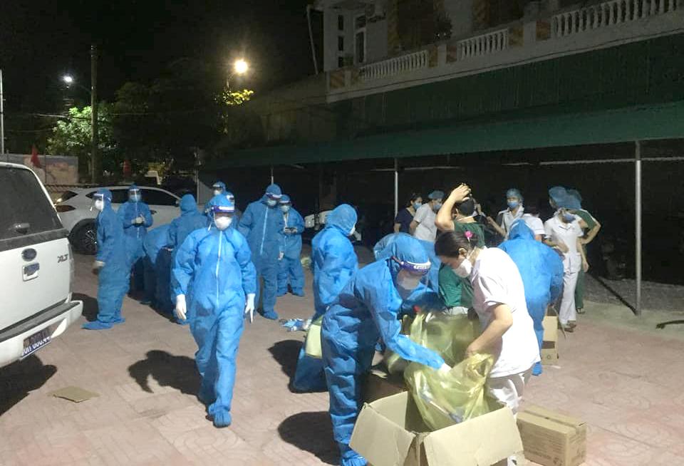 Lực lượng y tế Nghệ An được huy động lấy mẫu xét nghiệm ở huyện Diễn Châu