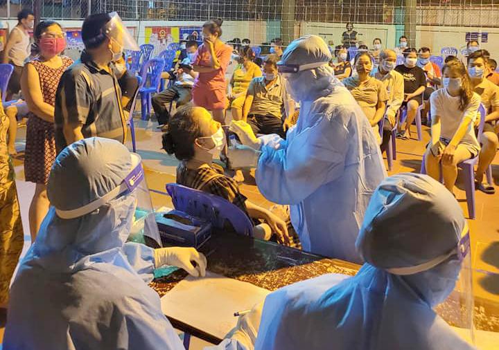 Người dân phường Hưng Phúc (TP. Vinh) được lấy mẫu xét nghiệm COVID-19 trong đêm