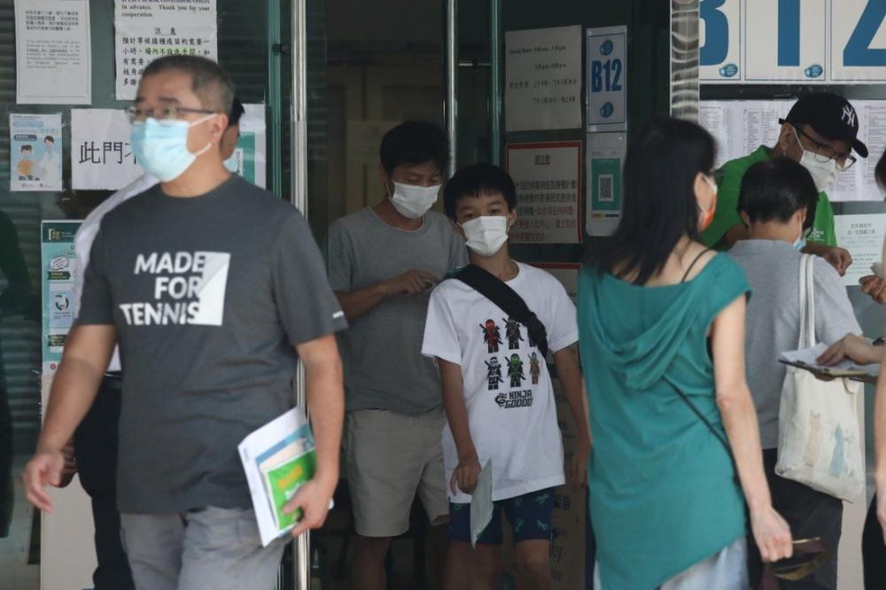 Người dân Hong Kong đi tiêm vắc xin Pfizer tại Trung tâm Thể thao Công viên Lai Chi Kok - Ảnh: SCMP