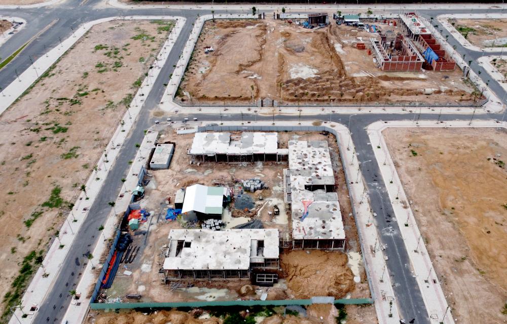"""ến thời điểm này, đã có 7 công trình hạ tầng xã hội được khởi công xây dựng tại khu TĐC Lộc An - Bình Sơn. Đối với 4 công trình trường học còn lại, đơn vị cũng đã hoàn thành lựa chọn nhà thầu đối với 2 công trình. """"2 công trình còn lại gồm một trường mầm non và một trường THCS cũng đang tổ chức lựa chọn nhà thầu thi công"""