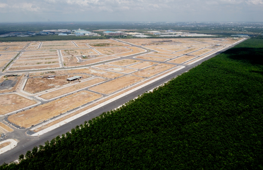 Khu đất TĐC có mặt tiền tiếp giáp với đường ĐT769 và khu công nghiệp Lộc An - Bình Sơn, các mặt còn lại tiếp giáp với những cánh rừng cao su bạt ngàn.Theo UBND H.Long Thành, đến thời điểm này, địa phương đã công khai và phê duyệt phương án bồi thường, hỗ trợ cho 3.925 hộ dân trong khu vực dự án sân bay Long Thành với tổng diện tích hơn 1,6 ngàn ha và tổng kinh phí bồi thường, hỗ trợ hơn 7,9 ngàn tỷ đồng. Trong số này, hiện nay địa phương đã thực hiện chi trả tiền bồi thường, hỗ trợ cho 3.156 hộ dân với số tiền hơn 6,9 ngàn tỷ đồng.